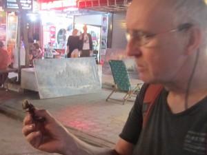 Tom - auf der Touristenmeile von Siam Reap knüpft er Kontakte per Schlangen-Snack und Spinnenbein.