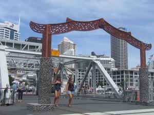 Eine Brücke führt ins neue In-Viertel am Hafen.