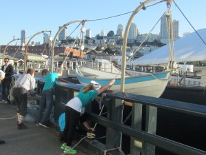 Wie früher die Matrosen: Kinder lernen, ein Rettungsboot empor zu ziehen.