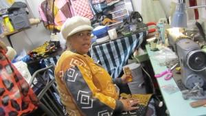 Herzlich willkommen - trotz eisiger Kälte öffnet Cynthia die Tür zu ihrer Mini-Schneiderei in Harlem.