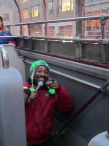 Joshua - Entertainer im Bus mit seinem Markenzeichen, der grünen Zöpfchenmütze.